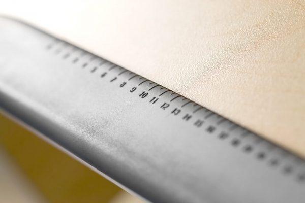 Praktyczna linijka wbudowana w biurku Ergodesk Torino