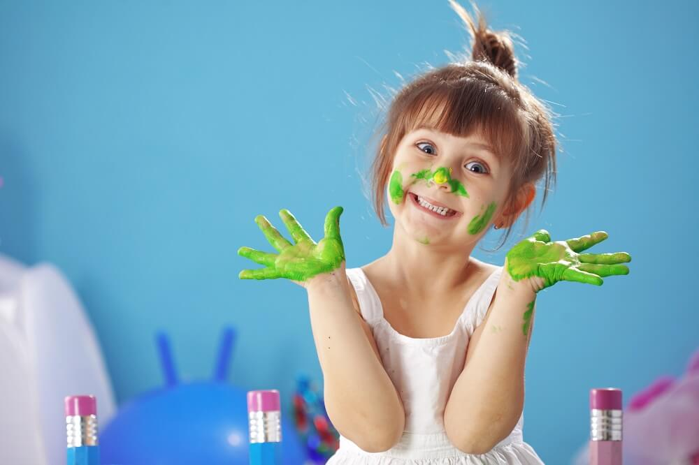 Biurko – regulowana wysokość dla dzieci, korzyści także dla rodziców