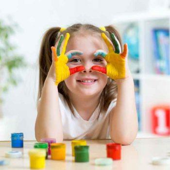 Dziewczynka bawiąca się przy biurku dla dzieci