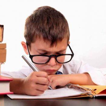 Uczeń za biurkiem z regulowaną wysokością
