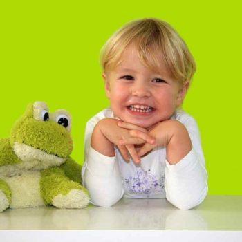 Dziewczynka za biurkiem dla dzieci z regulowaną wysokością blatu