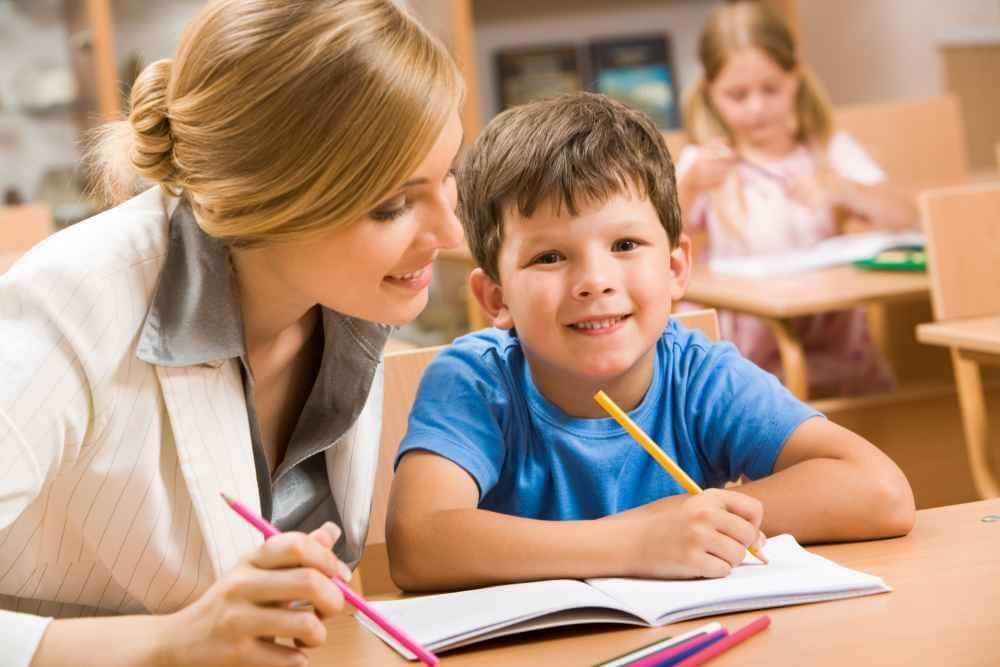Jak wybrać biurko do pokoju dziecka i nie żałować?