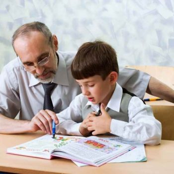 Dziecko uczące się przy biurku z regulowaną wysokością blatu