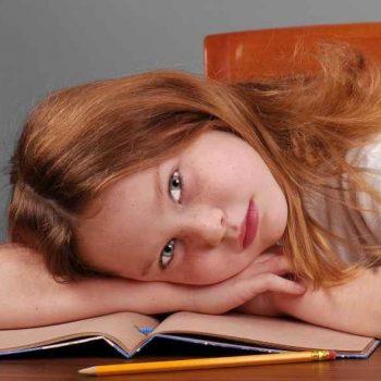 Dziewczynka na krześle do biurka dla dzieci